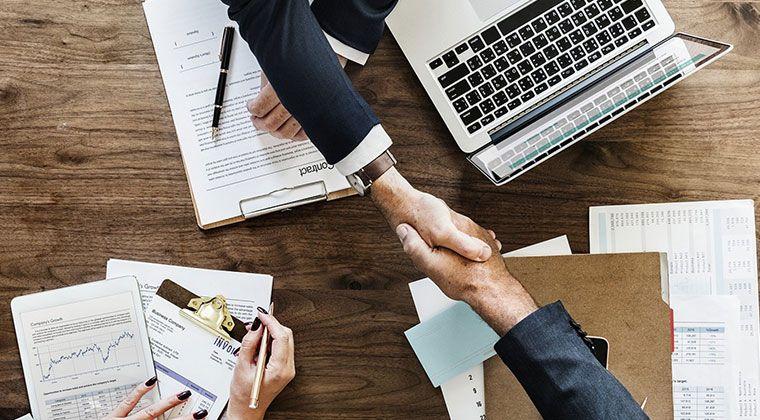 Pożyczki prywatne a kredyty bankowe – jakie są tańsze